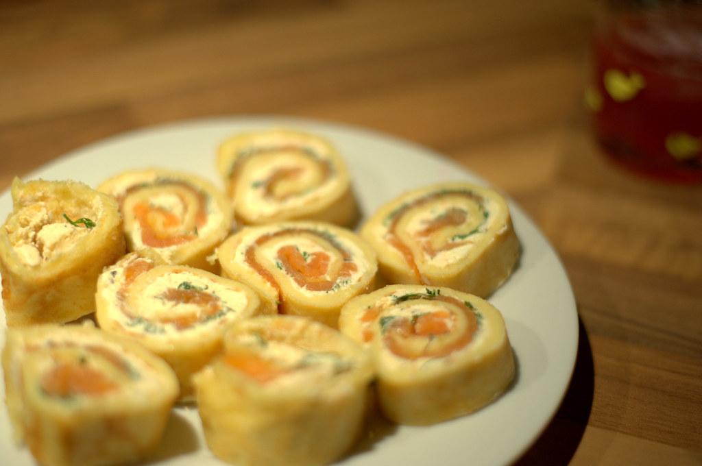 Pfannkuchenhappen mit Frischkäse, Lachs und Dill