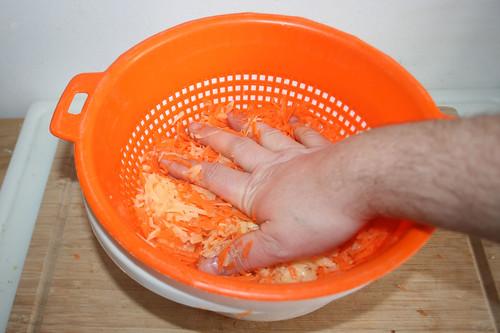 34 - Kartoffelsaft ausdrücken / Squeeze potato liquid