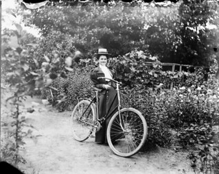 Mabel Williams with her bicycle at 54 Main Street, residence of James Ballantyne, Ottawa, Ontario / Mabel Williams à côté d'une bicyclette à la résidence de James Ballantyne, au 54, rue Main à Ottawa (Ontario)