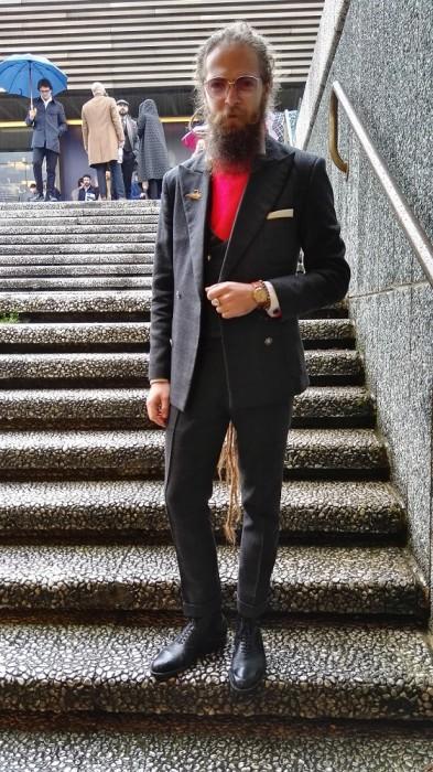 チャコール3ピーススーツ×赤セーター×黒オックスフォードシューズ