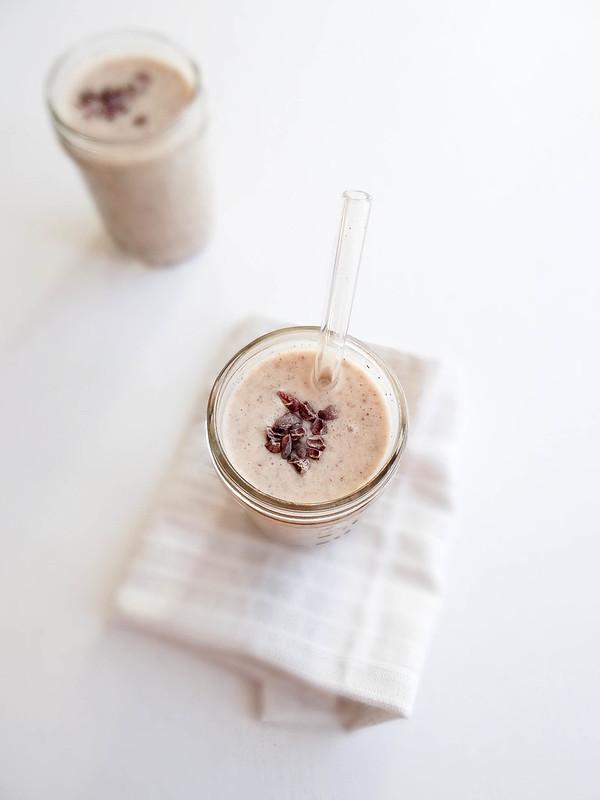 banana cacao nib smoothie // pb + chia
