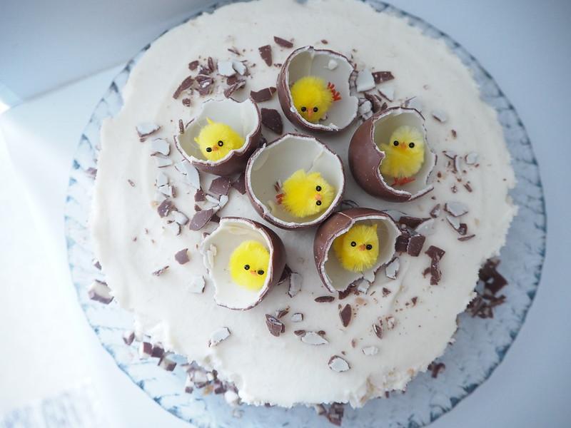 kinderjuustokakku7,kinderjuustokakku5,kinderjuustokakku14, kinder kakku, kinder cake, kinderjuustokakku, kinder cheese cake, recipe, resepti, miten tehdä, koristeet, tiput, chicks, decoration, baking the cake, dessert, jälkiruoka, ruoka, food, easter, pääsiäinen, ohje, kinder, suklaa, valkosuklaa, maitosuklaa, white chocolate, milk chocolate, cake, kakku, kakkauohje, cake recipe, pääsiäistiput, keltaiset, munat, suklaamunat, kinder suklaamunat,