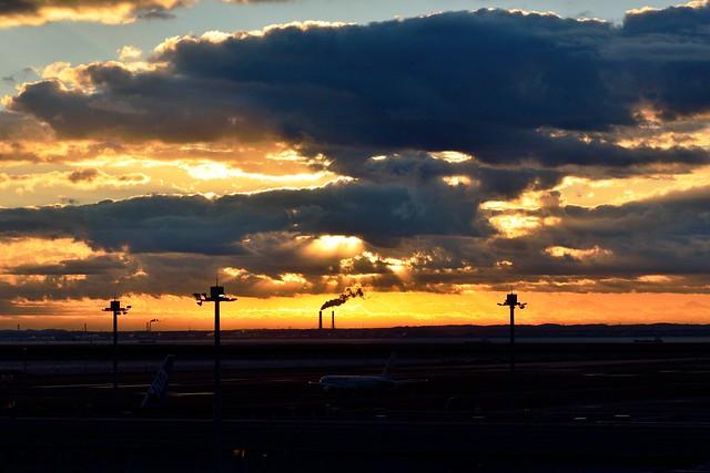 羽田空港第2ターミナルから撮影した日の出の写真
