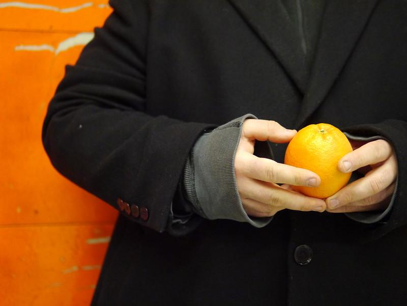 Steve Giasson. Performance invisible No. 92 (Épeler à l'envers les prénom et nom de Filippo Tommaso Marinetti, en mangeant une orange), 2016. Mario Merola, Horizons, 1971.