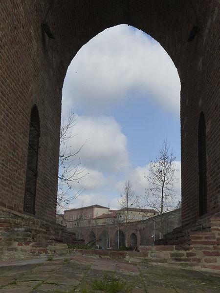 sous l'arche du pont de Montauban