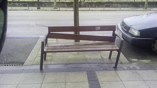 Mobiliario urbano roto