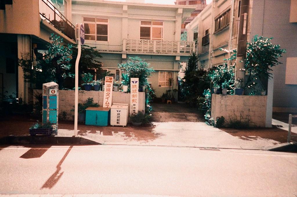 仲泊海岸 Okinawa Japan / Turquoise / Lomo LC-A+ 翻出了好久以前拍的作品,發現一些沒有完成上傳的部分,看著看著想起那時候拍攝當下的感受。  其實我也搞不清楚到底是為你拍的還是為妳拍的。  Lomo LC-A+ Lomography LomoChrome Turquoise XR 100-400 2191-0027 2015-10-26 ~ 2015-10-27 Photo by Toomore