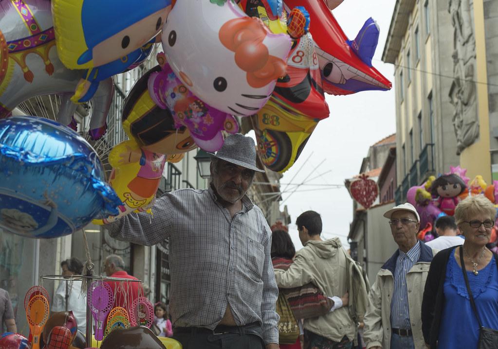 Человек с воздушными шарами