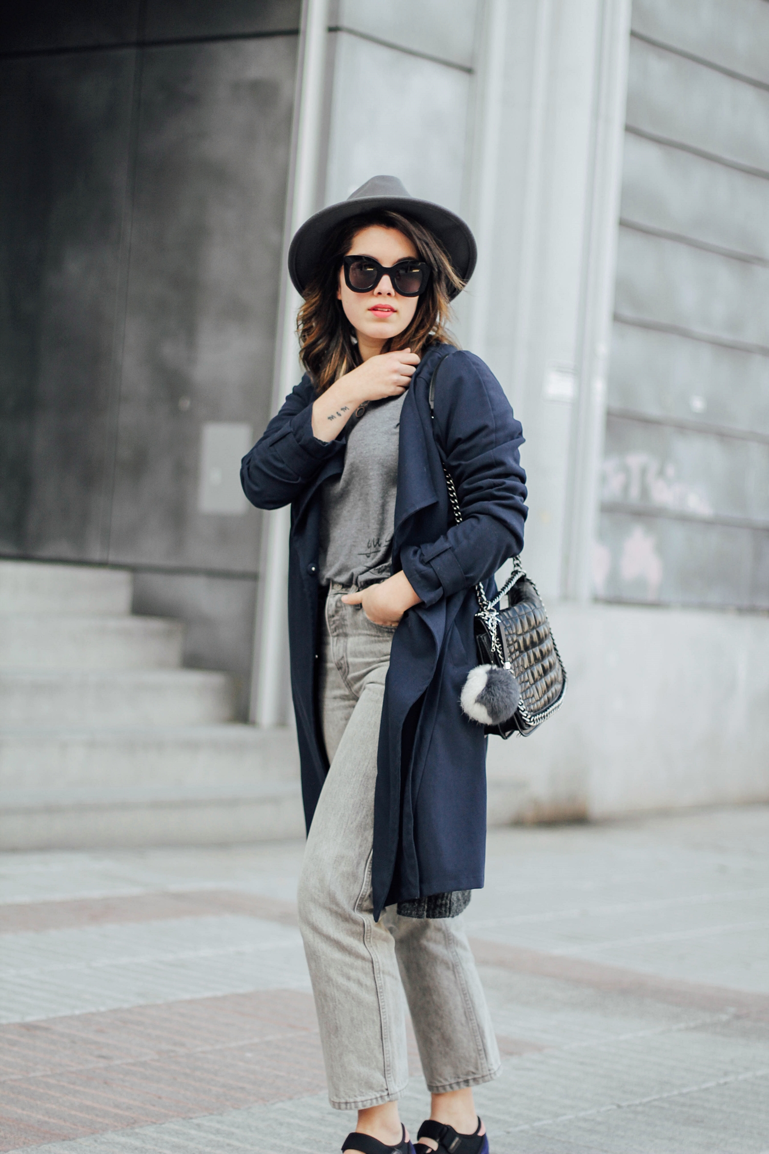 mom jeans levis with long trench myblueberrynightsblog