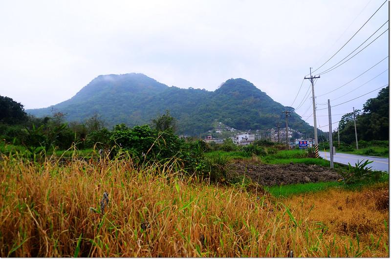 台11線北望大港口山(左)