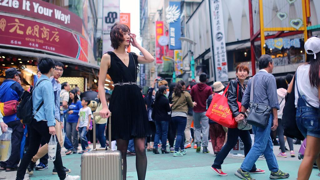 Beryl 西門町 Taipei, Taiwan / Sigma 35mm F1.4 / Canon 6D 我本來是想要嘗試用底片拍人像,但是 Beryl 從台南上來,我有點不好意思怕交不出底片作品,所以也把 Canon 6D 帶著拍。  底片拍完後我就用 6D 拍一些我比較拿手的場景,Beryl 其實是第一次拍人像,但是她很厲害,在熟悉我的指導後,就聽著我的快門聲調整下一個拍攝動作,我就只要一直按快門就好了!  大約花一個禮拜的時間在確定服裝,還好 Beryl 有多想一點,讓那天拍攝很順利!  我是第一次在 Ptt 外拍板找人,雖然有不少人有興趣,但我可能要花點時間檢討自己一下。  Canon 6D Sigma 35mm F1.4 DG HSM Art IMG_7471_16x9 2016/04/17 Photo by Toomore