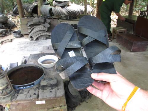Cu Chi: récupération des pneus pour en faire des sandales pendant la Guerre du Vietnam