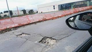 I crateri nei pressi del centro commerciale