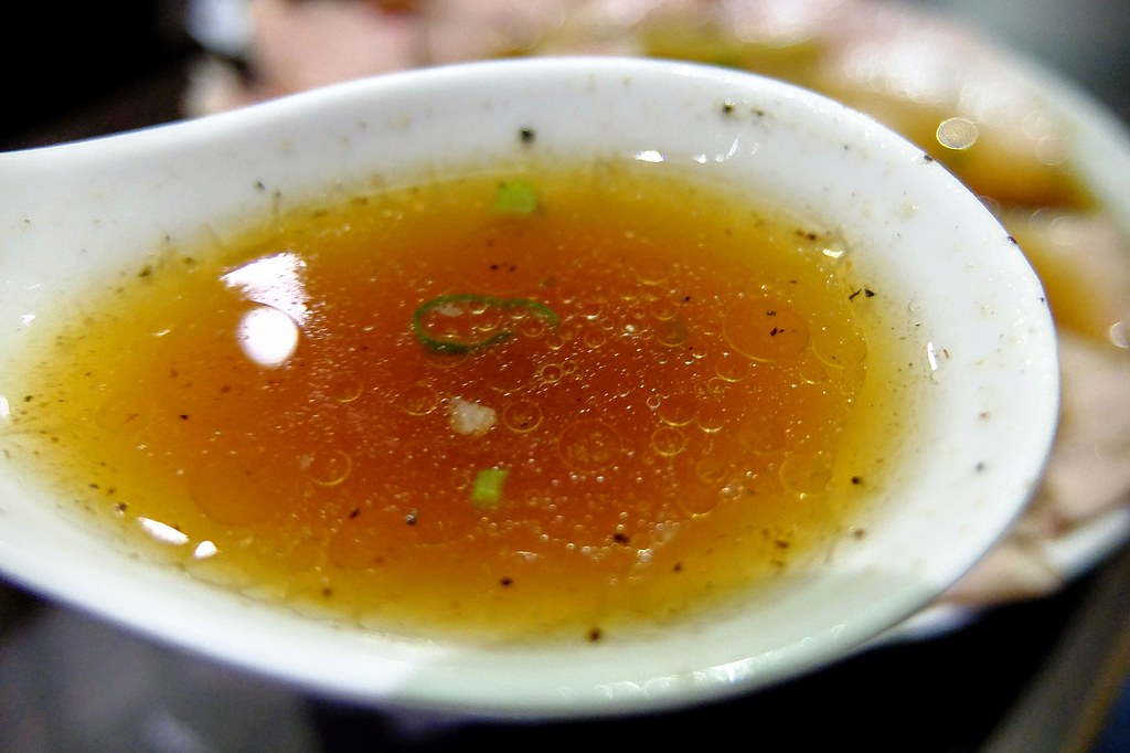 清湯單獨喝偏鹹,伴著麵吃則是剛好....湯頭也是帶著油脂..
