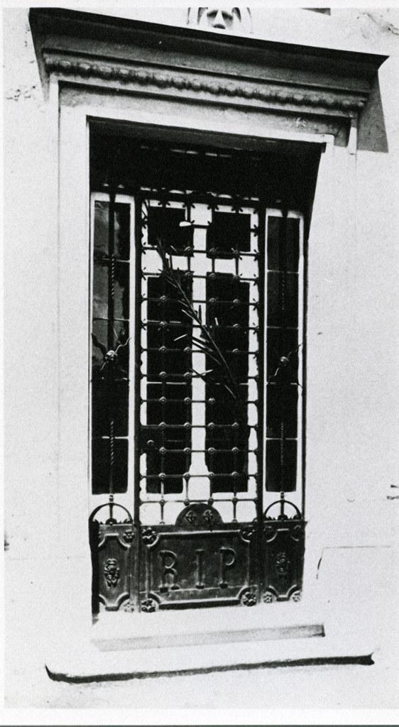 José Tejados (Labor de forja). Puerta de un panteón del cementerio. Vico, Santiago 5