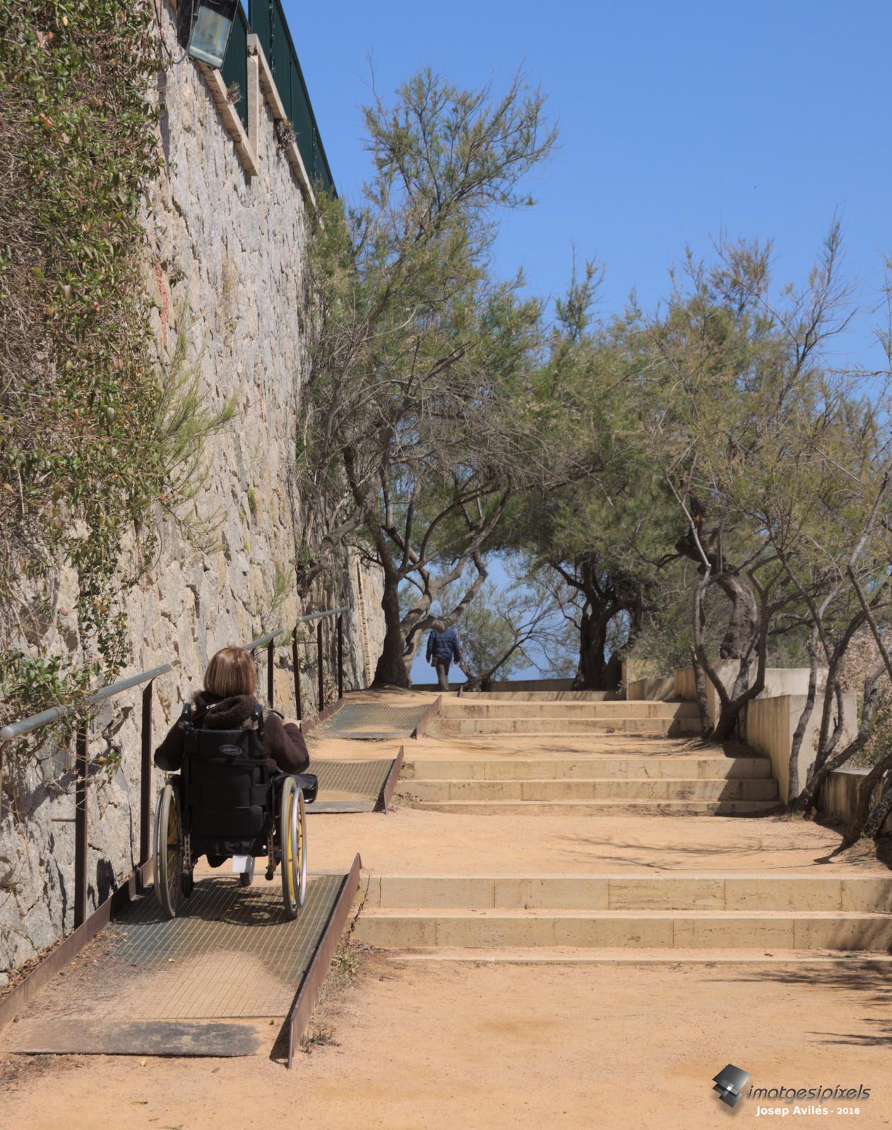 Rampes metàl.liques per salvar escales al camí de ronda de S'Agaró
