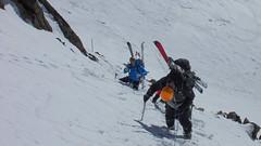 Strome zejście z przełęczy Schalfjoch 3375m z asekuracją. W dole lodowiec Nordlichen Schalfferner