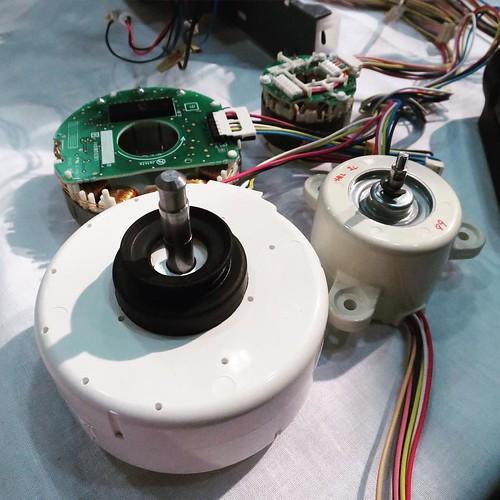 奥にあるのが、小型になった今回のモーター。大きい方は基盤に乗ってるマイクロプロセッサが、小さい方には乗らないわけですよ。どうするかとも言うと… #三菱電機 #霧ヶ峰