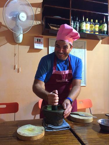 """Battambang: Mister J en pleine action. Il prépare le """"curry paste"""" pour le """"Fish Amok"""""""