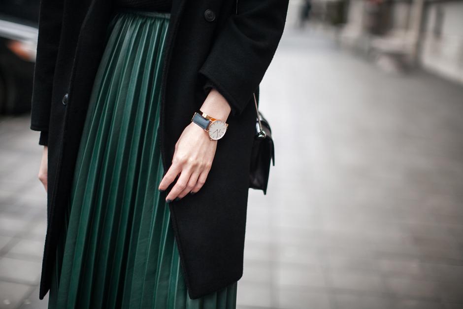 green-pleated-pu-skirt-street-style