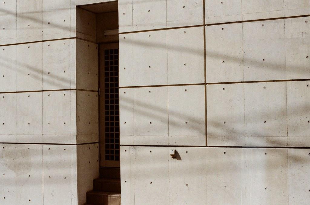 白川通 Kyoto / Kodak ColorPlus / Nikon FM2 2015/09/27 離開銀閣寺之後,我就還是一路沿著白川通往北走,經過京都造形芸術大学,最後在一乗寺塚本町的住宅區裡面隨意拍照,那時候沒有意識到再往北走一點就是一乗寺。  住宅區這裡很安靜,很安靜。我一點點的記得那時候我好像在想著,那個時候的妳,在台灣,正在做什麼呢?  Nikon FM2 Nikon AI Nikkor 50mm f/1.4S Kodak ColorPlus ISO200 0986-0028 Photo by Toomore