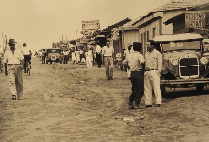 Comércio surgindo para atender às necessidades dos candangos. Fotografia: Arquivo Público do Distrito Federal, ArPDF.