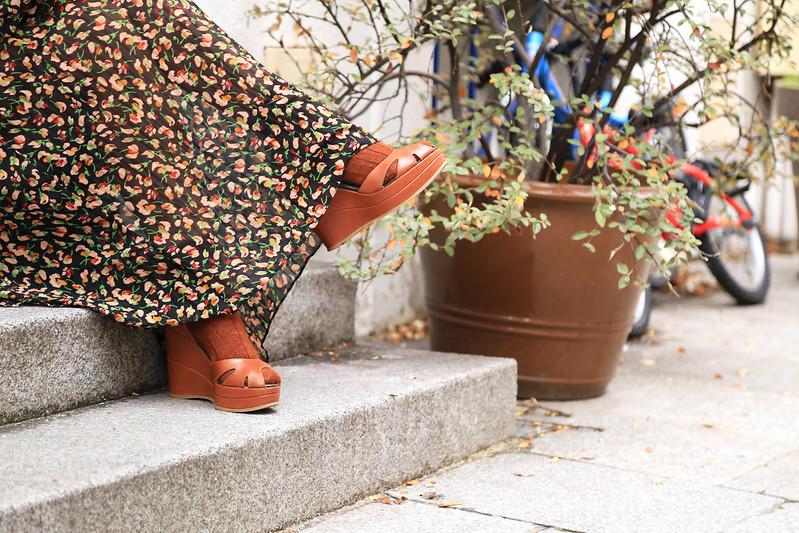 look style bohème robe imprimé fleuri et sandales compensées