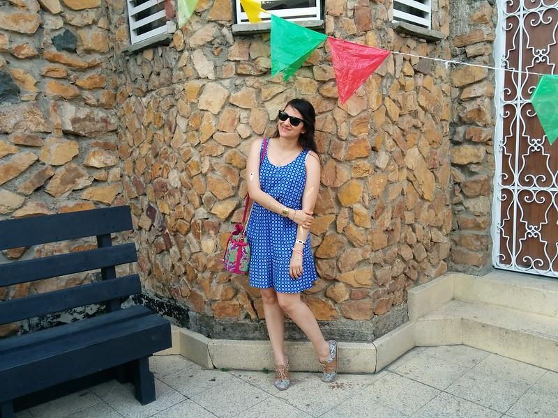 outfit primaveral con vestido estampado de margaritas