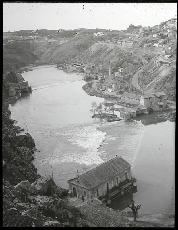 Molinos en el río Tajo en Toledo hacia 1915. Fotografía de Eduardo Hernández-Pacheco © Biblioteca Histórica de la Universidad Complutense de Madrid, Archivo fotográfico Hernández Pacheco.