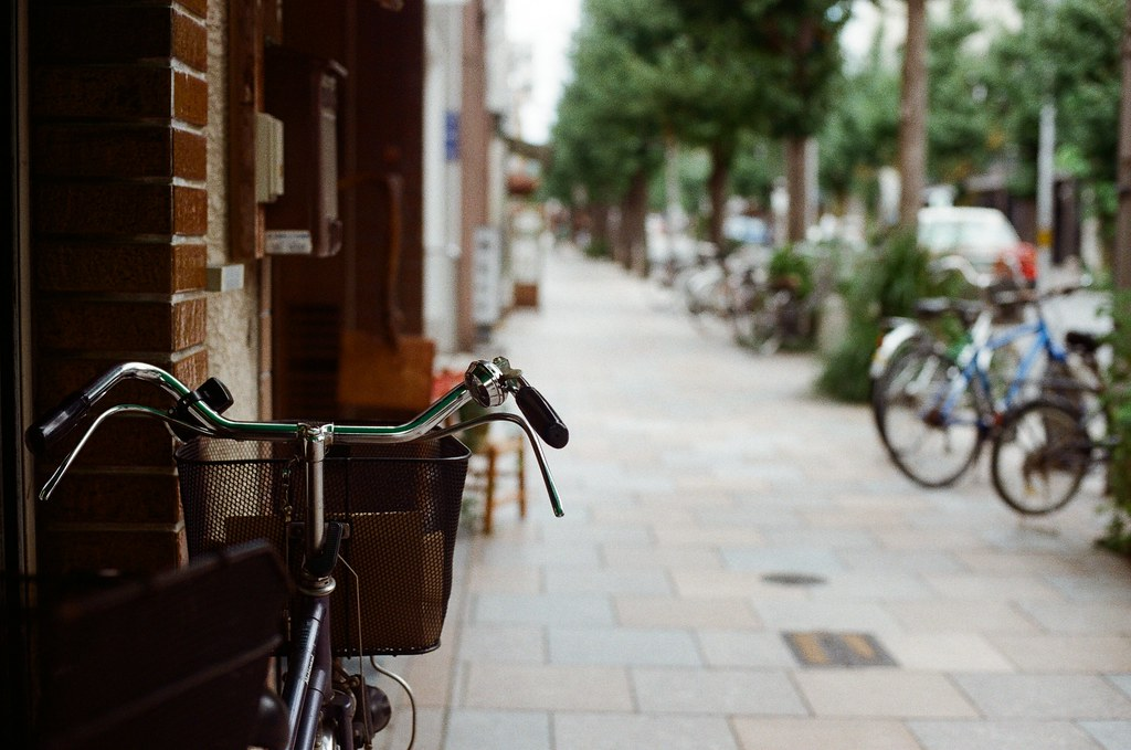 寺町通 京都 Kyoto / Kodak ColorPlus / Nikon FM2 2015/09/27 整理照片的時候發現我那時候在寺町通也拍了滿多街上騎腳踏車的路人,這裡街道不寬,兩旁都有看起來好像是歷史很久的店家,店家門面都很有特色。  我想起來了,那時候拍照有規定自己畫面中一定要有當地人入鏡,因為之前拍太多空無一人的畫面,畫面太過空寂。  Nikon FM2 Nikon AI Nikkor 50mm f/1.4S Kodak ColorPlus ISO200 0985-0029 Photo by Toomore
