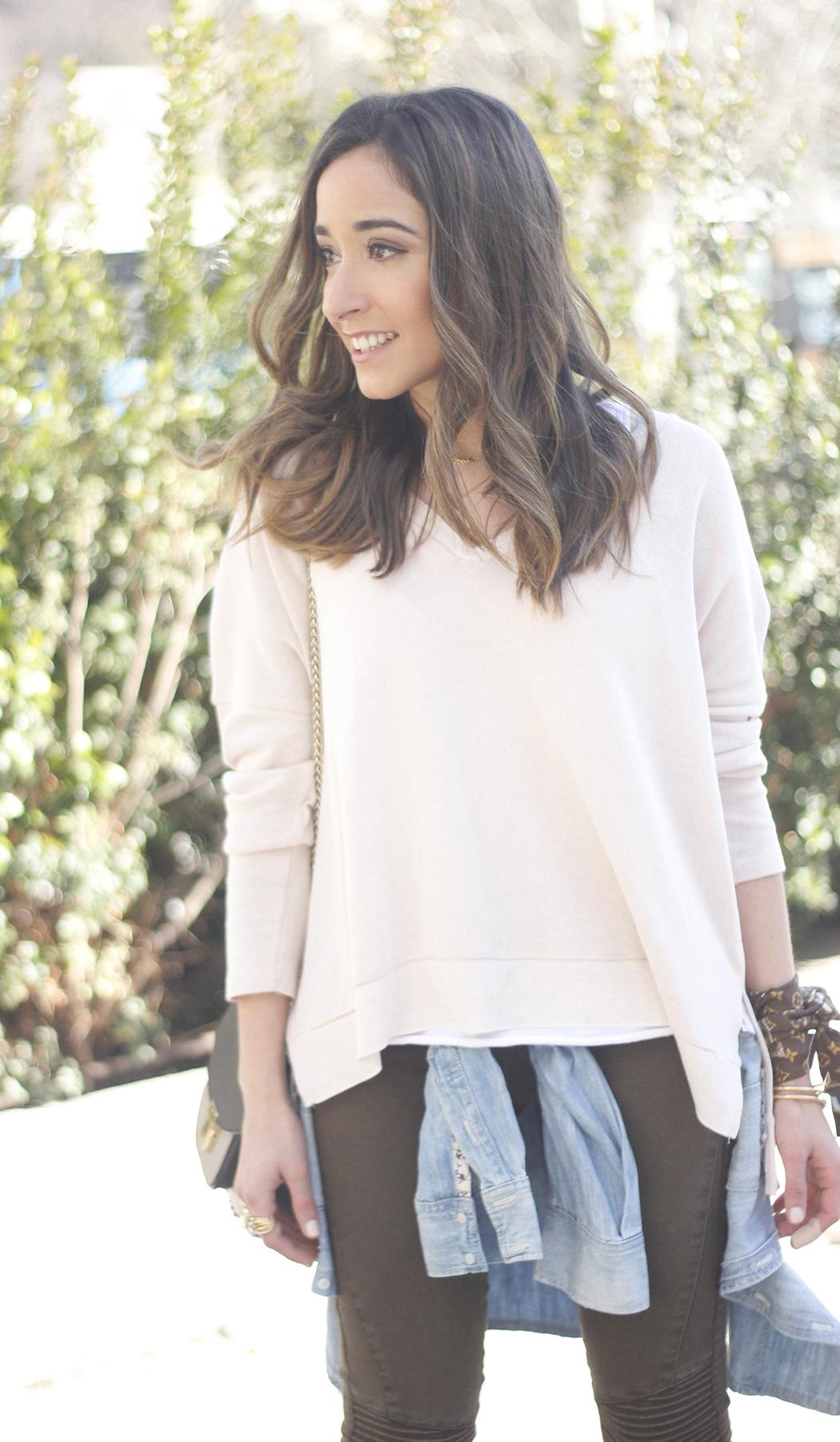 Khaki Pants pale pink sweater uterqüe bag accessories heels fashion outfit03