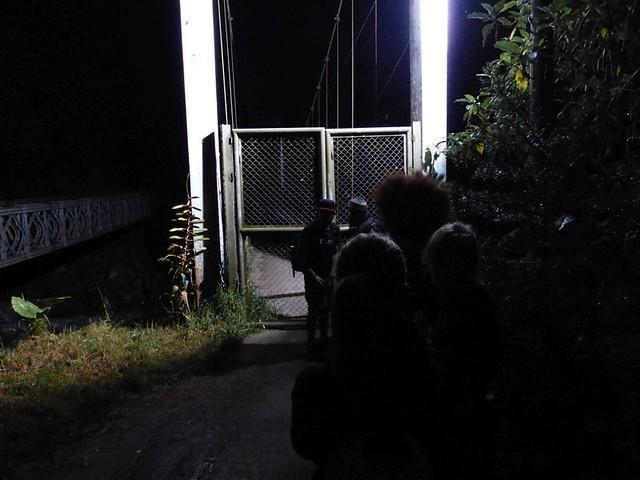 4h30, attente de l'ouverture du pont pour commencer la rando...