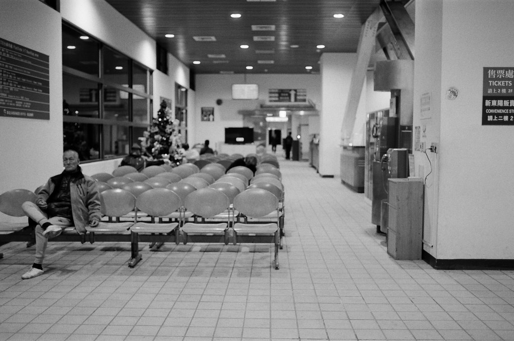 不是沒有家可以回,只是流浪讓我有想家的感覺 / Kodak 400TX / Nikon FM2 2016/01/02 送我妹到板橋客運站搭車回高雄後,我自己裝了一捲黑白底片在板橋客運站、火車站走走拍拍。  沒有人的車站總是會讓我想起在日本流浪的時候,看到合適的角落就想要把包包放下來打地鋪準備睡覺。  不是沒有家可以回,只是流浪讓我有想家的感覺、讓我有學著自己長大的感覺。  Nikon FM2 Nikon AI AF Nikkor 35mm F/2D Kodak TRI-X 400 / 400TX 6289-0006 Photo by Toomore