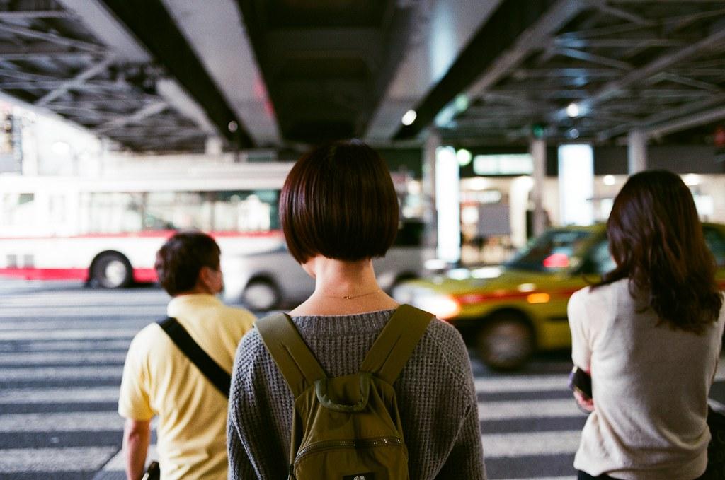 今天我在捷運站看到妳 / AGFA VISTAPlus / Nikon FM2 今天早上我在捷運站看到妳。  這段時間我總是在想,如果遇到妳我該怎麼面對,我該表達哪種情緒給妳,我該怎麼開啟一個對話讓妳知道我還是很想關心妳。我想了好久。  最後一次 18 天日本旅遊回來工作後,到今天也過三個月了,在新公司的試用期也滿了,也在 Product Demo 上面發表 Q4 我做的東西,而新的一季一開始,自己可以規劃一個新服務的後端,感覺很興奮也很期待!只是每天下班後都在想,今天我會不會遇到妳,會在哪裡遇到妳,而我不會因緊張忘記準備好的回應。  今天早上看到妳在水煎包店前面買早餐,想起第一次遇到妳的時候也是看到妳在買水煎包,後來妳和我說妳買了三個,我只能張大嘴巴傻眼心裡想妳的食量有點大!不過妳說會部分當午餐吃,我才鬆了一口氣。  早上的時候我沒有叫妳,我突然想到,或許妳不會想要看到我,或許我的期待又是另一個造成錯誤的開始,或許我該想想到這裡就夠了,想想自己還有很多事情不是因為妳,我就不能完成。  我從側邊看到妳的眼睛後我就轉身離開了,我沒有哭,我的心裡很平靜,只是在回想這三個月與旅行的事情。  搭上捷運後,站在車廂門邊發呆,把看到妳的影像慢慢的退掉,忘記了也好,模糊了也好,希望那時候妳沒有發現我,或是妳和我一樣,選擇一樣的方式面對。  Nikon FM2 Nikon AI AF Nikkor 35mm F/2D AGFA VISTAPlus ISO400 1000-0030 2015/10/03 中目黒駅 Photo by Toomore