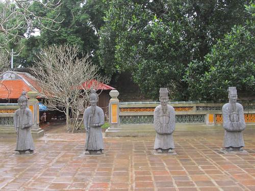 Le Tombeau de Tu Duc: petites statues de soldats et mandarins (pour ne pas vexés l'empereur, qui était de petite taille)