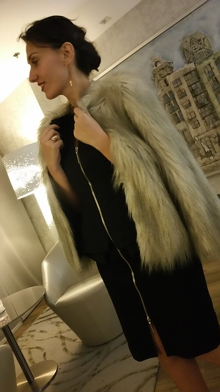 Cena, LBD ceñido, cremallera, stilettos rojos, abrigo de pelo sintético, clutch dorado, sofisticado, dinner, tight zippered LBD, red stilettos, coat synthetic hair, sophisticated, Ted Baker, Zara, Parfois, Aristocrazy