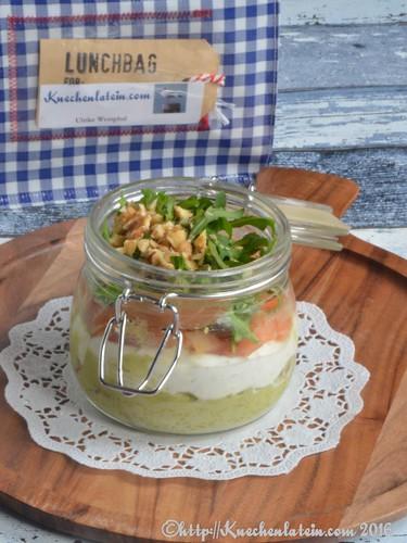 Snack im Glas mit Avocado, Lachs und Granatapfel