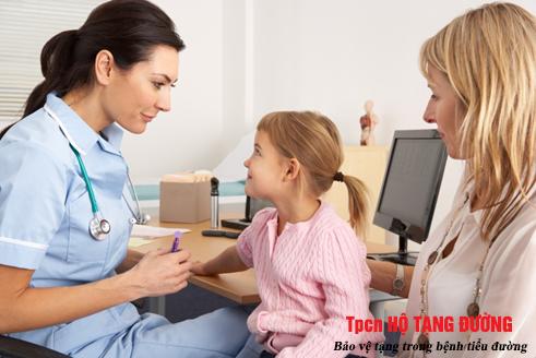 tái khám thường xuyên để kiểm soát tốt bệnh tiểu đường ở trẻ