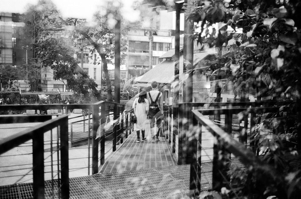 電影公園 西門町 Taipei, Taiwan / Kodak TRI-X 400 / Nikon FM2 看起來這樣重曝好像比較有意義點,但還是在繼續找看看怎麼把畫面結合的再有意義。  Nikon FM2 Nikon AI AF Nikkor 35mm F/2D Kodak TRI-X 400 / 400TX 3123-0038 2016-02-07 ~ 2016-04-04 Photo by Toomore