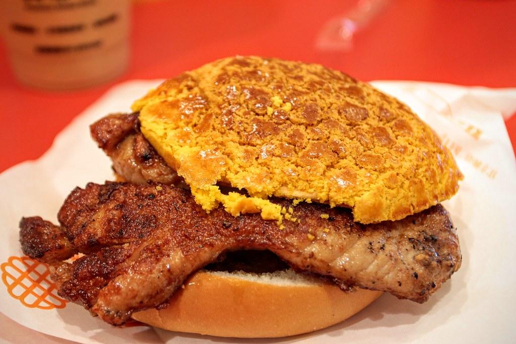 豬扒煎蛋菠蘿包,外層是菠蘿麵包, 裡頭有大塊豬扒/煎蛋/番棋切片等...