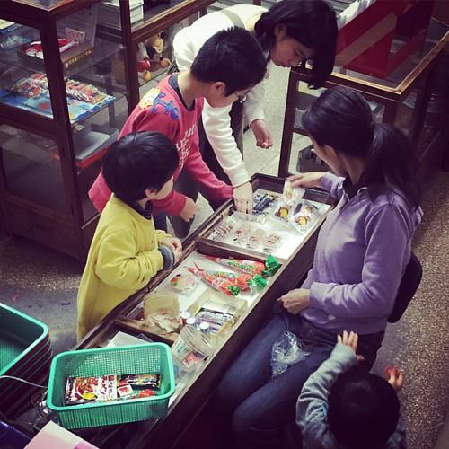 お婆ちゃんの駄菓子屋が限定復活、で子供達大喜び