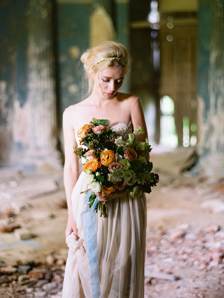 colored wedding dress + shades of fall bouquet | fabmood.com