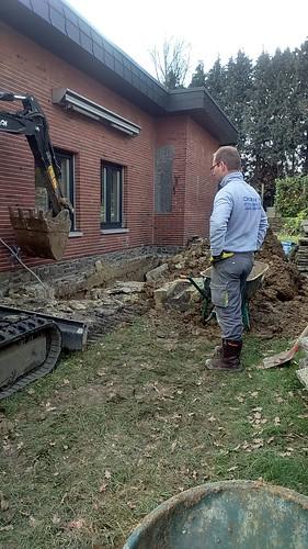 Terrassement d'une tranchée, pour réalisation d'une étanchéité sur la partie enterrée.