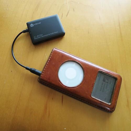 さーて、そろそろレビューを書かなきゃいけない製品が溜まってきたから、どんどんいくぞー。昔使ってた、骨董品クラスのiPod nanoを引っ張り出して、Bluetooth トランスミッターを使ってみた。
