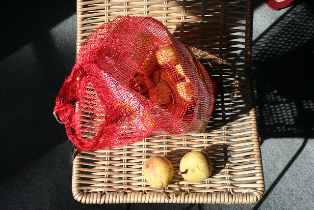 Pear, Roadside - 2016-03-20 - 01 - Awaiting processing