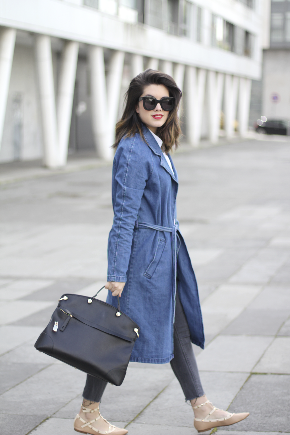 look with denim trench and piper furla streetstyle 4