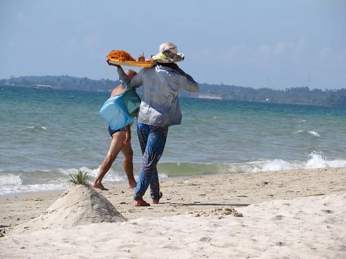 Sihanoukville: vendeuse de langoustines à Otres Beach