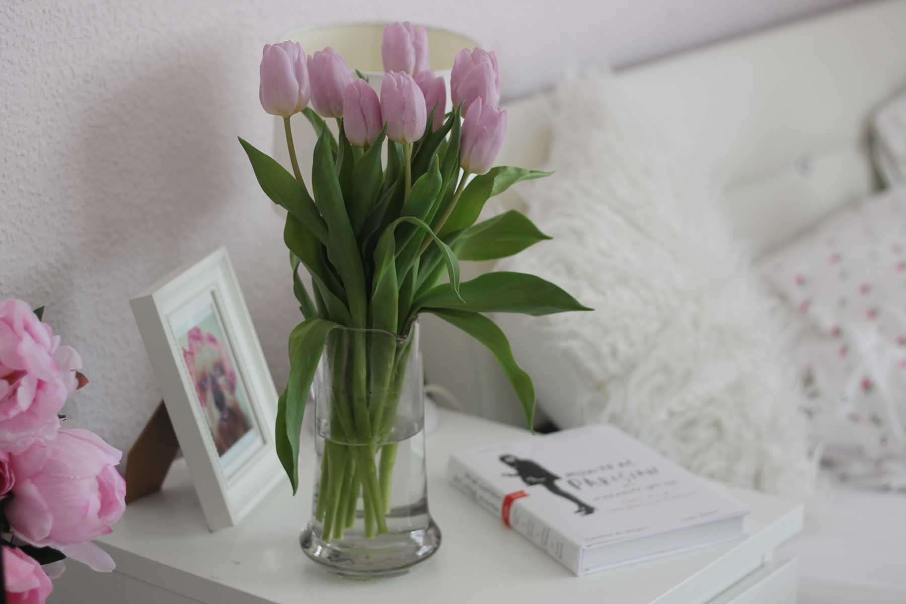 blumen-tulpen-interior-wohnung-einrichten-rosa-weiß-fashionblog