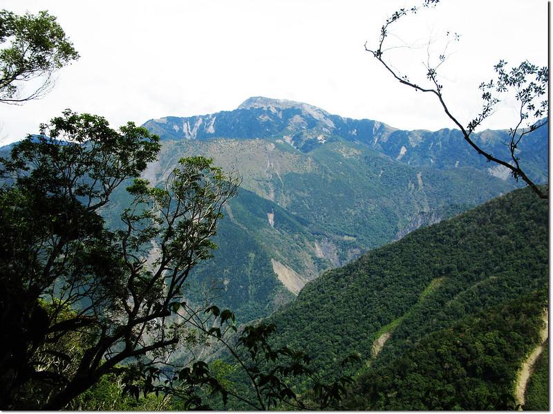 2196峰下北望關山