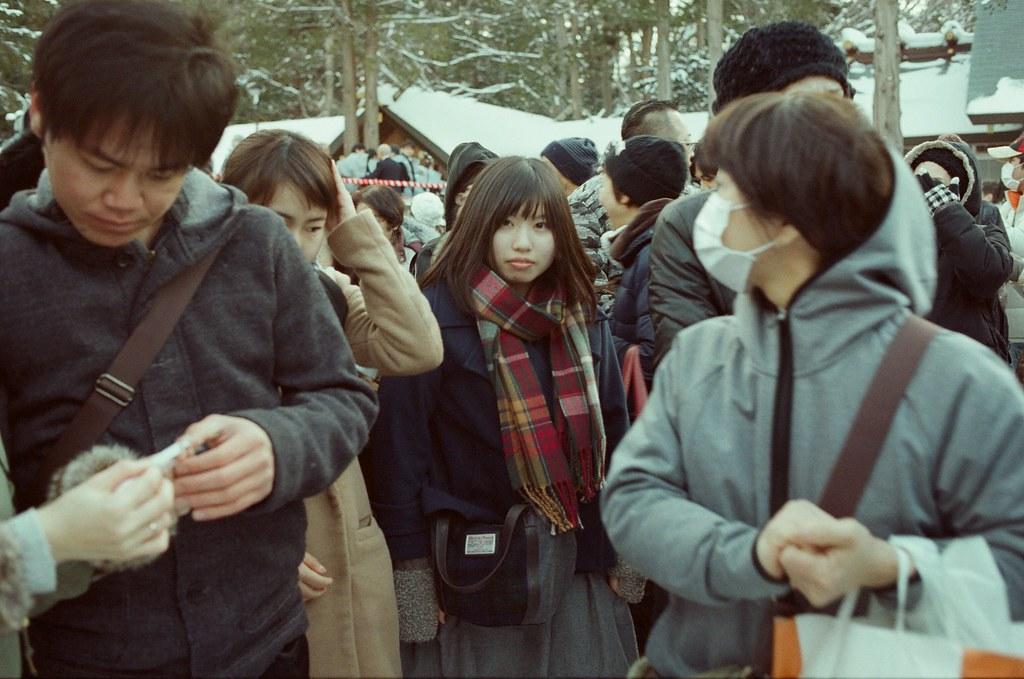 北海道神宮節分祭 Hokkaido, Japan / Fujifilm 500D 8592 / Nikon FM2 2016/02/04 北海道神宮節分祭,那時候天空又飄起雪來,有點冷,站在那裡等很久,附近的居民慢慢聚集在舞台前,等到開始丟祈福的納豆時,大家都往前擠,有點恐怖!  畫面中的女孩那時候站在我前面,當人群往前擠的時候,我們整個撞在一起,哈,那時候我好緊張,感覺好像癡漢,我好害怕,但是我還是趕快拍下祭典的活動,只是她頭動來動去,會擋到我的鏡頭!  小害羞這段!  不過真的還滿好玩的,這是這趟旅行第二次來到北海道神宮。  後來回到札幌車站附近的郵便局買明信片,看到電視在轉播各地的節分祭活動,稍微停下來看一下新聞,看看有沒有拍到我!  Nikon FM2 Nikon AI AF Nikkor 35mm F/2D Fujifilm 500D 8592 1114-0029 Photo by Toomore